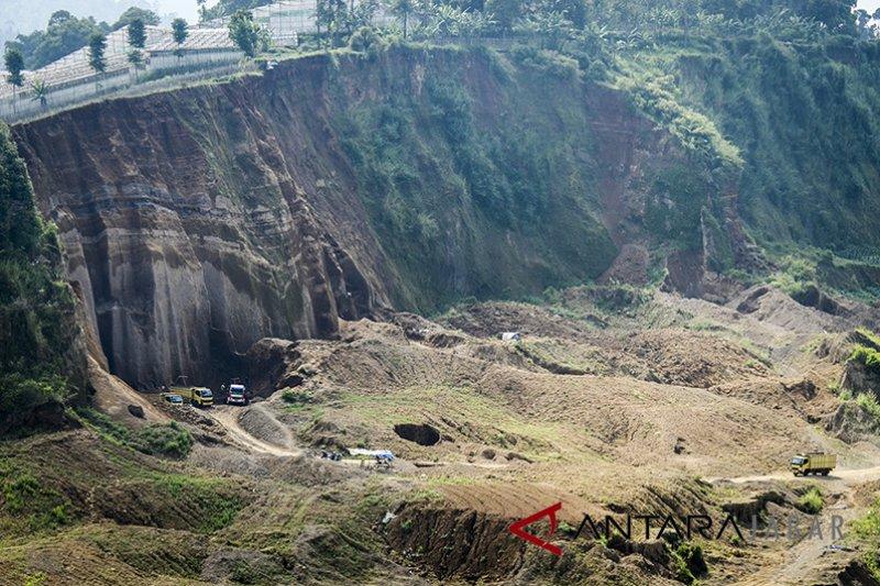 Seorang tewas tertimpa longsoran batu di Garut