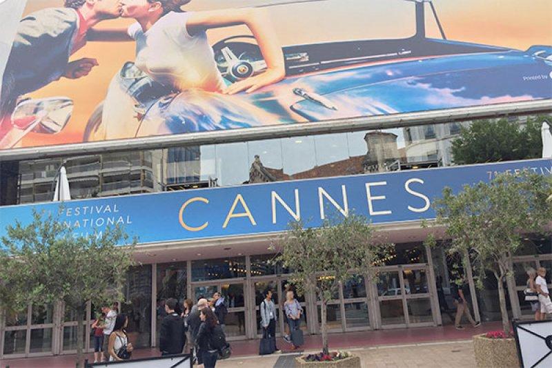 Para wanita gelar aksi simbolik pada karpet merah Festival Film Canes