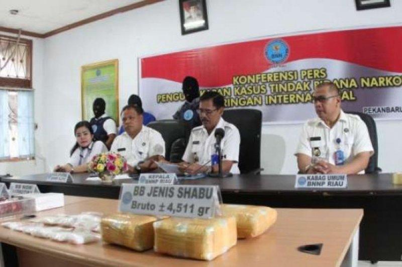 Ikut Terbang ke Jakarta, BNNP Riau Ringkus Sindikat Narkoba dengan BB 5 Kg