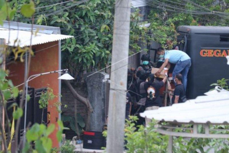 Polisi baku tembak dengan terduga teroris