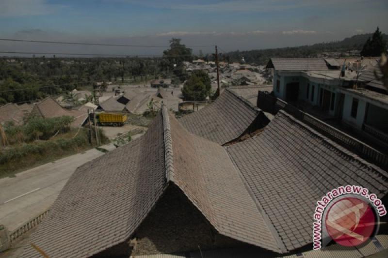 Usai dua letusan Merapi Jumat malam, sebagian warga mengungsi