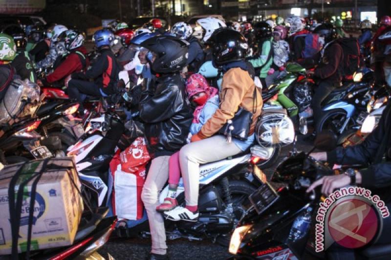 Mereka yang bersepeda motor di Pantura Brebes