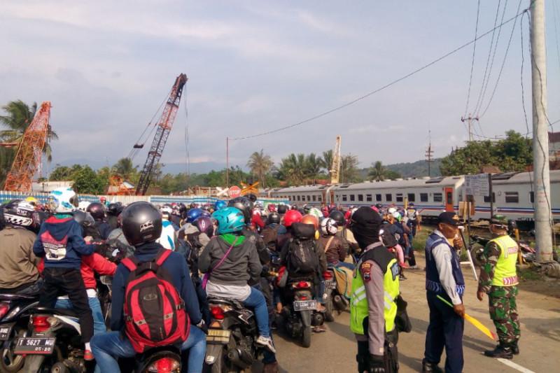 Kemacetan hingga belasan kilometer terjadi di Karangsawah Brebes