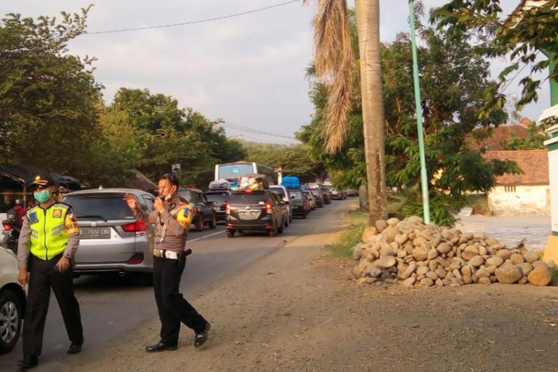 Arus lalu lintas perbatasan Tegal-Brebes macet total