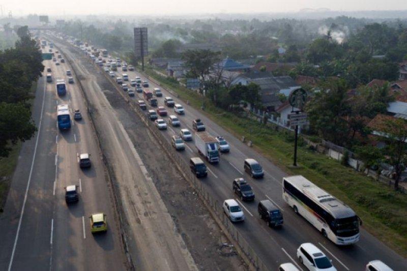Kendaraan di jalan tol dari Cikampek ke Jakarta padat