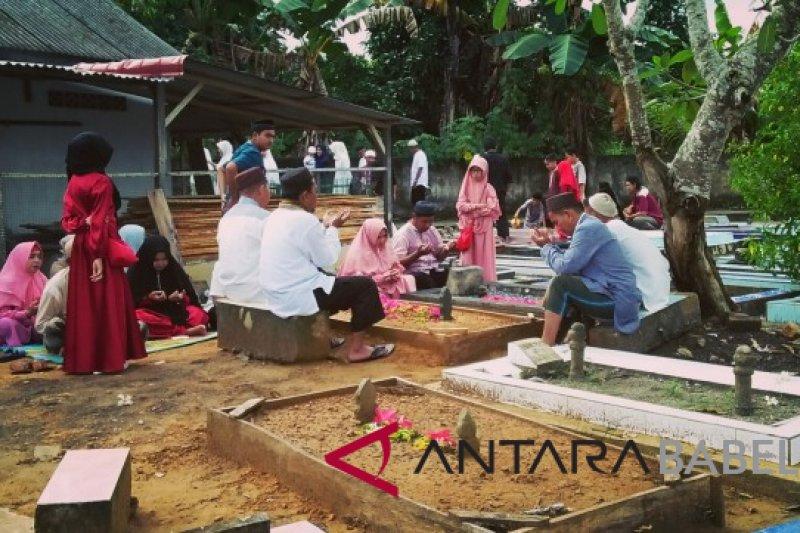 Warga Pangkalpinang padati makam usai Sholat Id