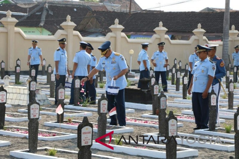 Peringatan HUT Ke-53 AAU Ziarah ke TMP Kusumanegara