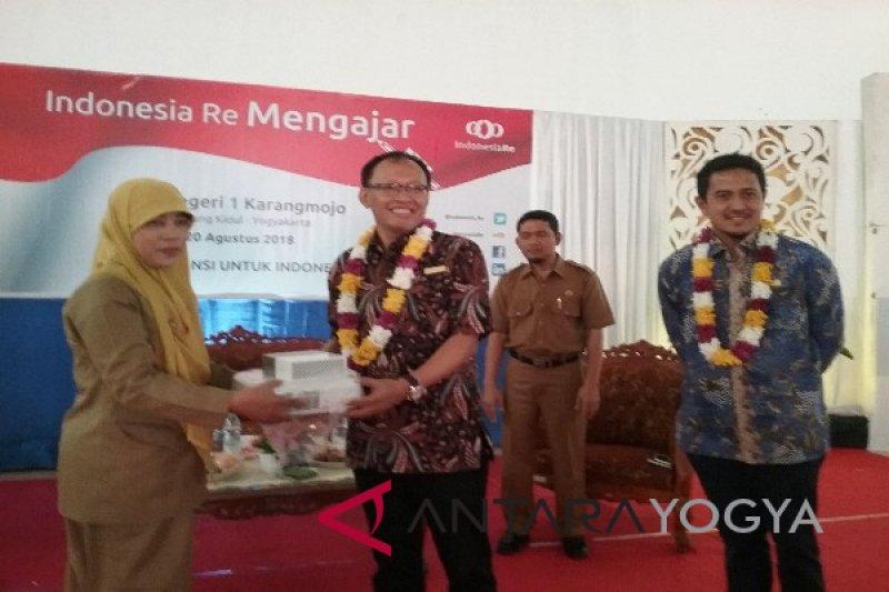 Indonesia Re bantu komputer SMA Negeri Karangmojo