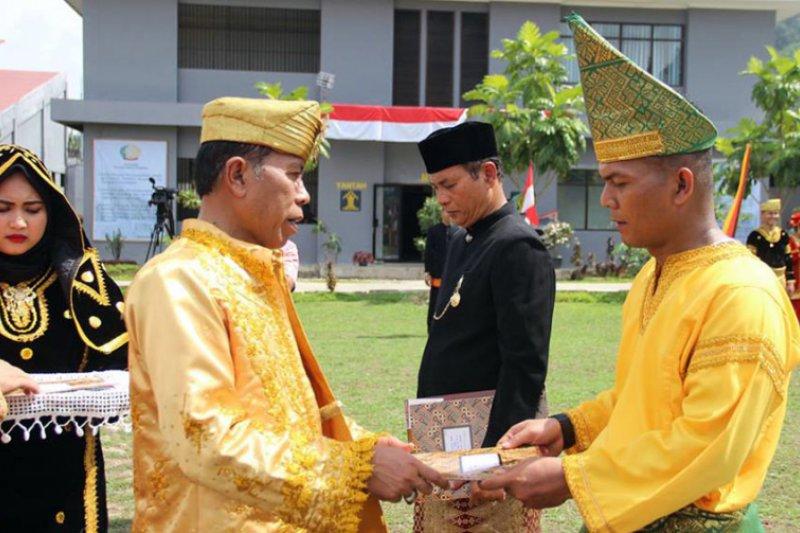 Peserta upacara HUT Kemerdekaan di Kanwil Kemenkumham Sumbar kenakan baju adat Minangkabau