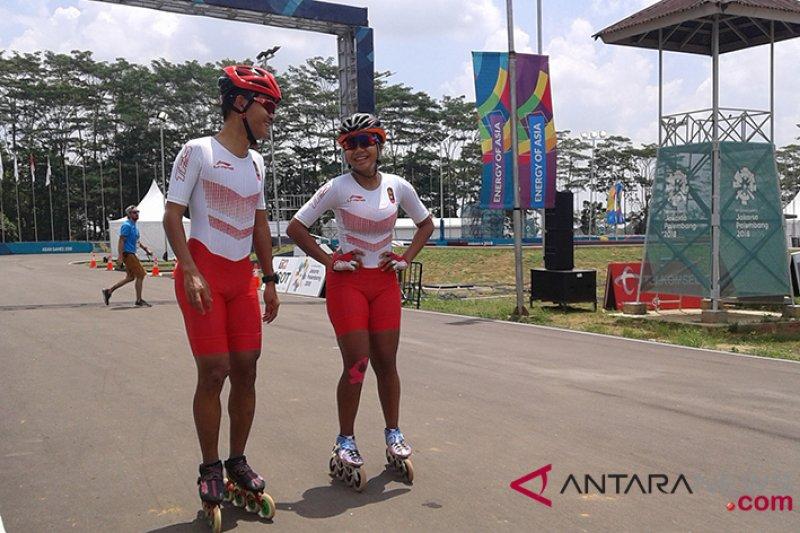 Atlet sepatu roda Indonesiaa M Oky Adrianto dan Alifia Meidia Namasta  berdiskusi seusai menjalani latihan di arena pertandingan sepatu roda Asian  Games 2018 ... 79c2a6df83
