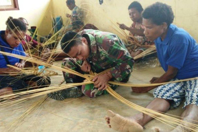 TNI latih Mama-mama Papua buat kerajinan
