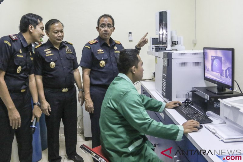 Illustrasi  Direktur Jenderal Bea Cukai Heru Pambudi (kedua kanan)  didampingi Direktur Teknis dan Kepabeanan Fajar Doni (kedua kiri) meninjau  fasilitas ... ed176f5341