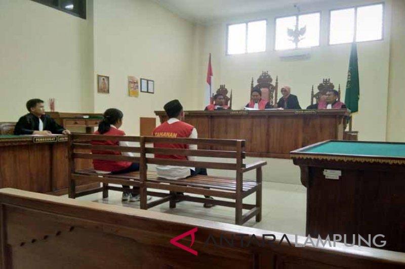 Pasangan suami istri tersandung kasus narkoba menangis di persidangan