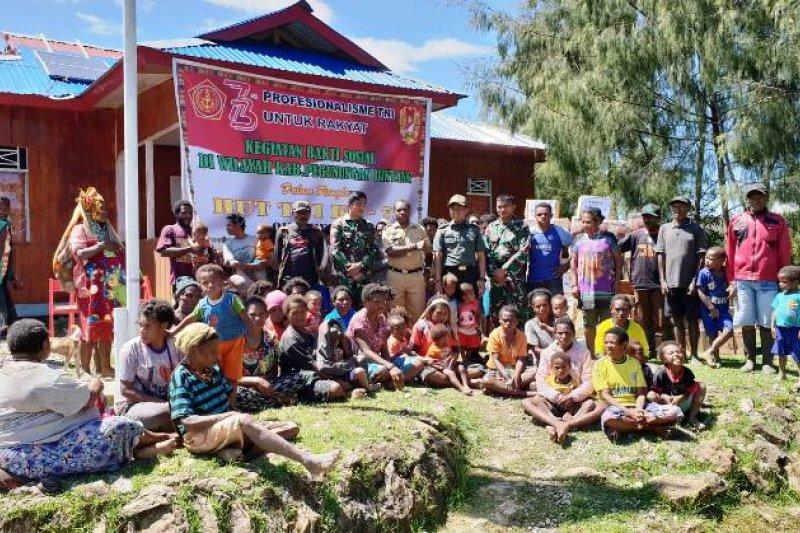 Tni Bagikan Makanan Pokok Kepada Warga Pegubin Antara News Papua