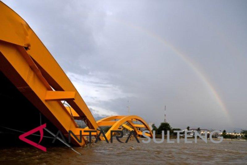 Pelangi di Jembatan Kuning Pantai Talise Palu
