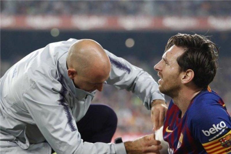 Messi menepi tiga pekan akibat retak pada lengannya