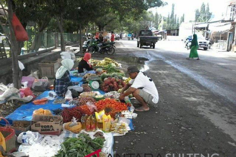 Jalan Dewi Sartika Palu jadi pasar dadakan