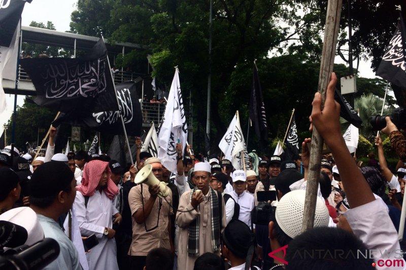Massa Bela Tauhid 211 berkumpul depan Patung Kuda Monas