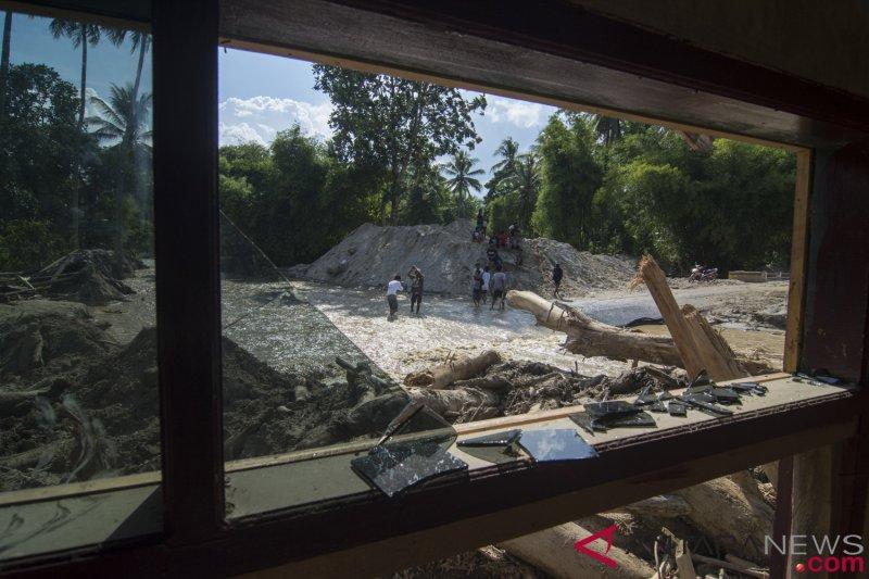 Banjir bandang putuskan  jalur Palu-Kulawi