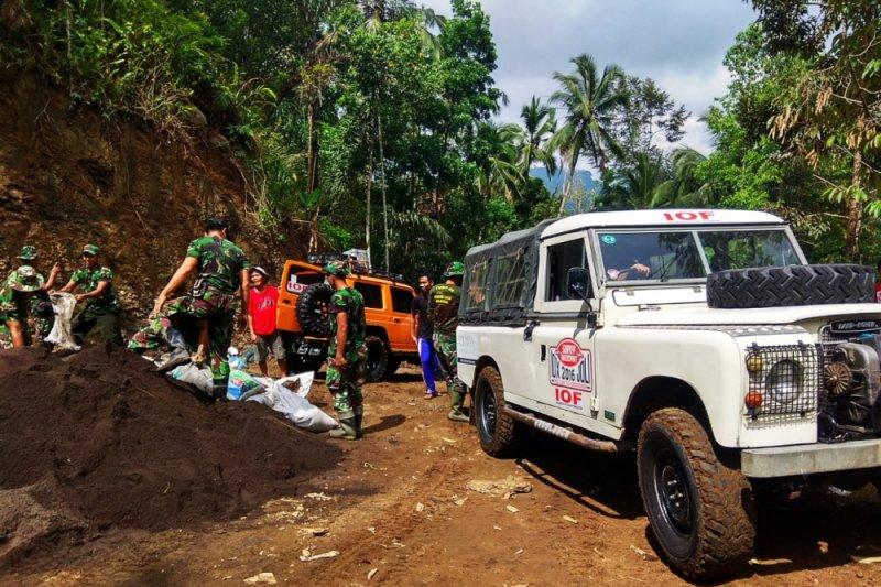 Tembus daerah terisolasi banjir Konawe, IOF Sultra salurkan bantuan