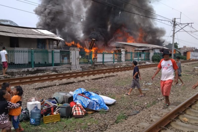 Kebakaran Pesing, perjalanan KRL Duri-Tangerang terkendala