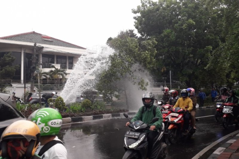 Pipa air bersih di Kembangan bocor