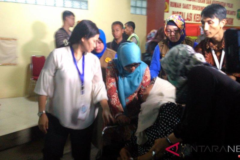 Keluarga korban JT 610 pingsan dekat peti jenazah