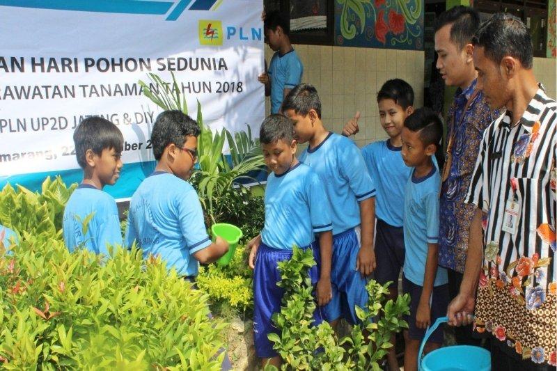 Peringati Hari Pohon sedunia, PLN ajak siswa rawat tanaman