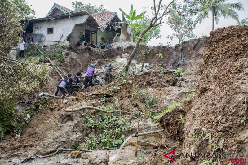 Bantu korban longsor, Pemkot Sukabumi kirim sukarelawan dan logistik