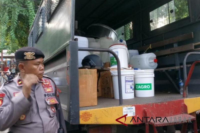 Polisi gerebek pabrik miras oplosan di Cirebon
