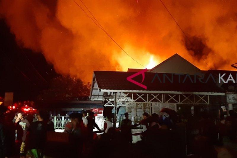 Kawasan padat penduduk di Muara Teweh terbakar