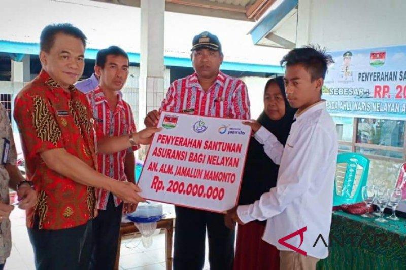 Pemkab Minahasa Tenggara serahkan santunan asuransi nelayan
