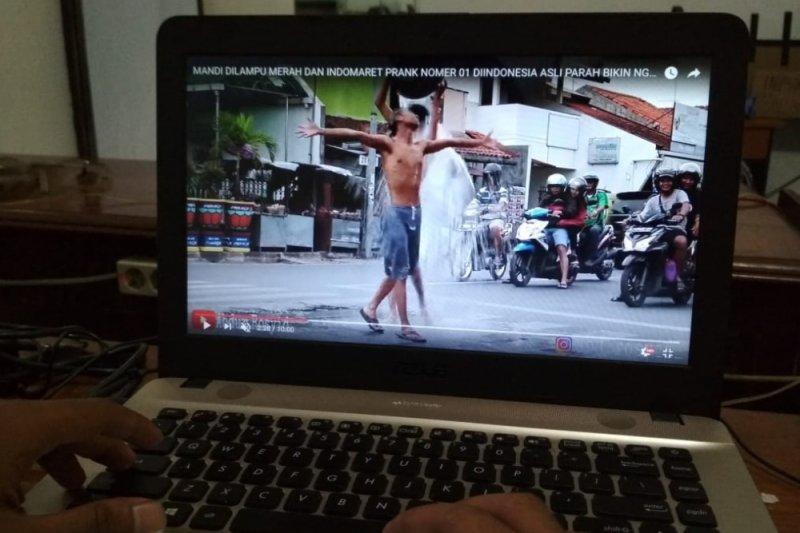 Polisi panggil pembuat video mandi di jalan