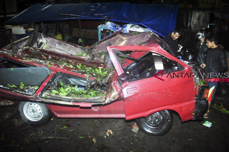 Jalan Liwang Gintung Bogor bisa dilalui usai dilanda angin kencang