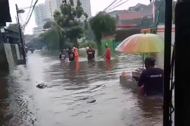 Luapan Kali Krukut - Kali Mampang penyebab banjir di Jaksel
