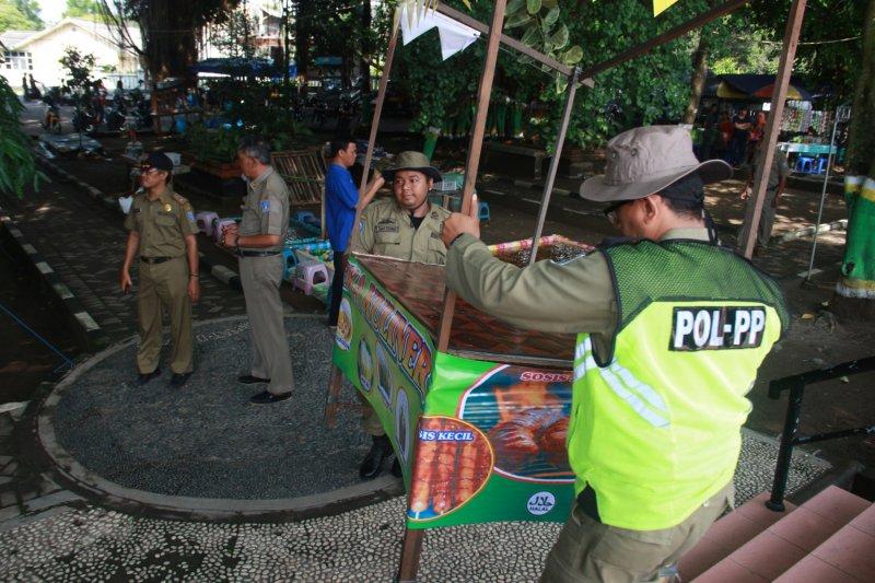 Satpol PP Sleman tertibkan PKL Taman Denggung