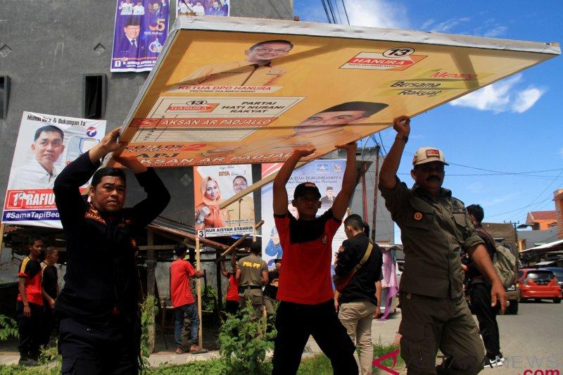 Bawaslu Sampang tertibkan ratusan APK caleg