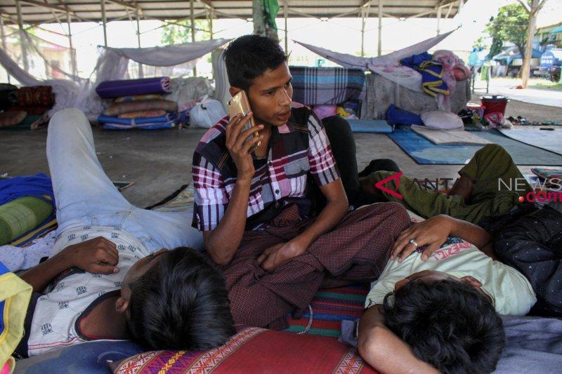 Ratusan karyawan PT BAK tidur di gedung DPRD Barut