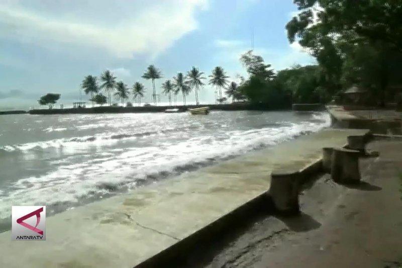 Pantai Carita masih lumpuh