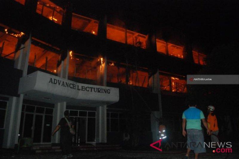 Gedung kampus Undar Jombang dilanda kebakaran