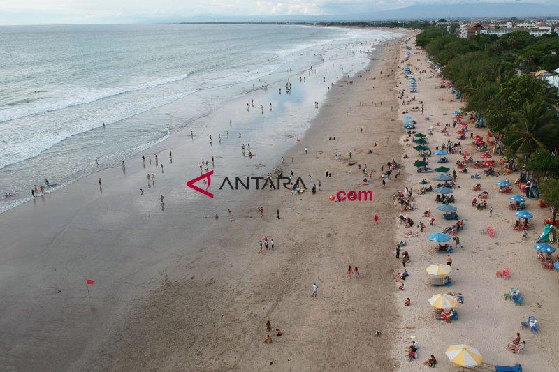 Jelang Akhir Tahun Pantai Kuta Makin Padat Antara News
