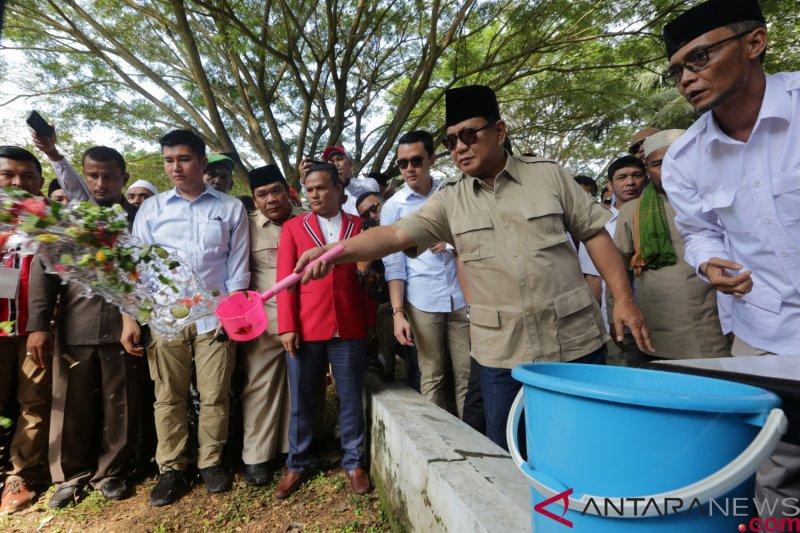 Prabowo Ziarah Kuburan Massal Tsunami