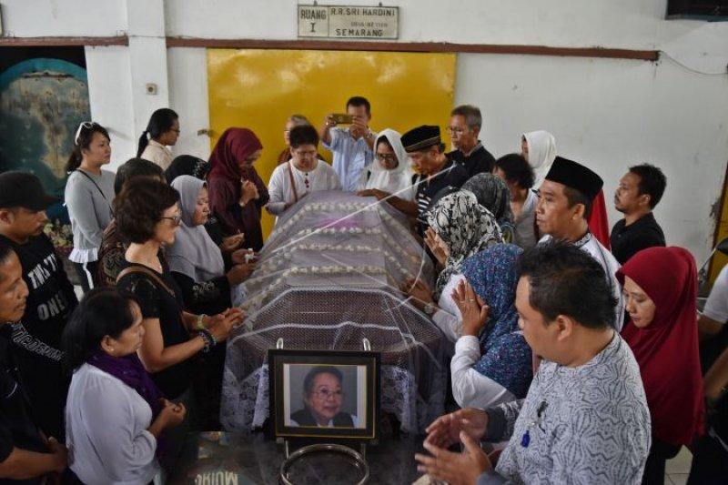 Marie Claire Lintang hadiri kremasi Nh Dini