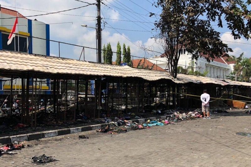 35 kios terbakar, pedagang merugi ratusan juta rupiah