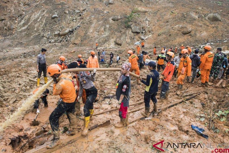 Pencarian korban longsor Sukabumi terkendala cuaca