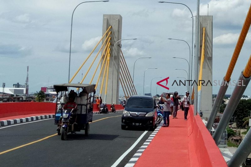 Uji coba Jembatan Musi IV, warga ramai-ramai berswafoto