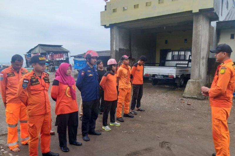 SAR Damkar Makassar sisir pantai cari korban tenggelam