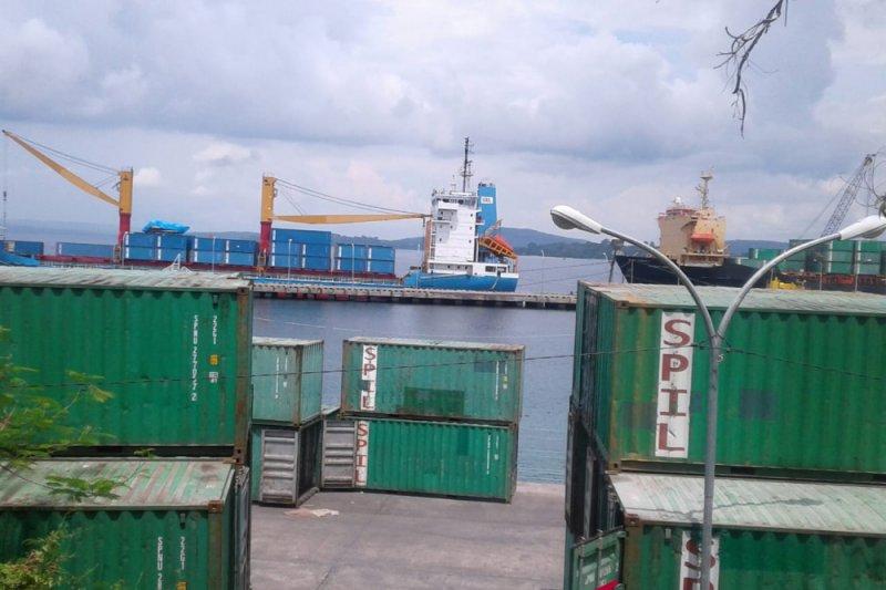 Bongkar muat kontainer di pelabuhan Baubau turun tipis