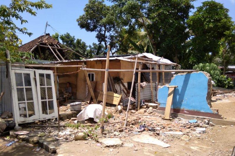 Korban gempa Lombok terpaksa gunakan sisa bangunan