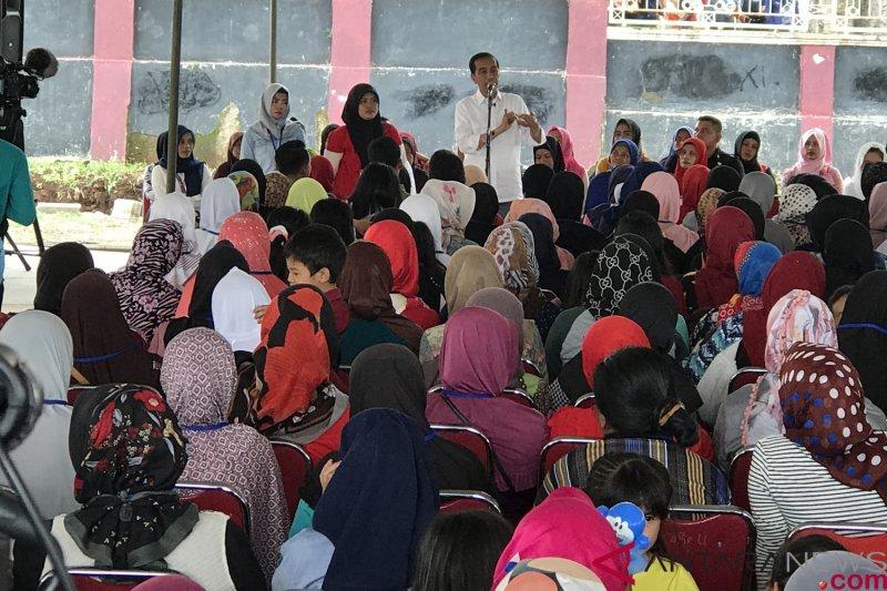 Presiden temui ibu-ibu Mekaar setibanya di Garut